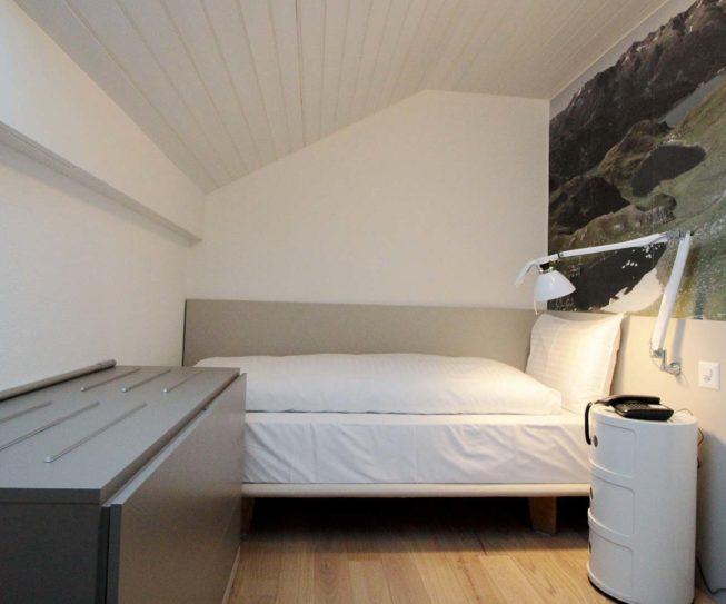 Einzelzimmer unter der Dachschräge